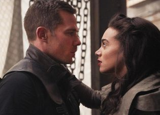 "KILLJOYS -- ""Blame It On the Rain"" Episode 502 -- Pictured: (l-r) Luke Macfarlane as D'Avin, Hannah John-Kamen as Dutch -- (Photo by: Ian Watson/Killjoys V Productions Limited/SYFY)"